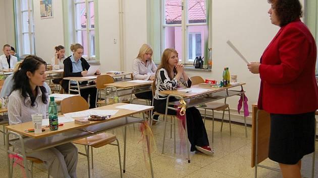 Písemnými zkouškami začaly na středních školách maturity