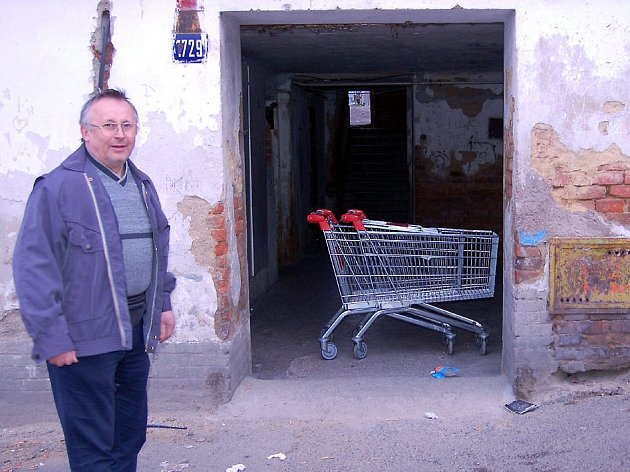 Nákupní vozík ve vchodu jednoho z domů v chebské Wolkerově ulici