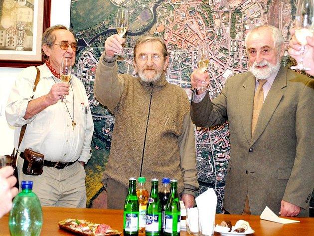 Zdeněk Paštika (na snímku uprostřed), legendární chebský jazzmann, oslavil narozeniny na Mikuláše, respektive v den, kdy Mikuláš v doprovodu čertů a anděla vyráží do ulic.