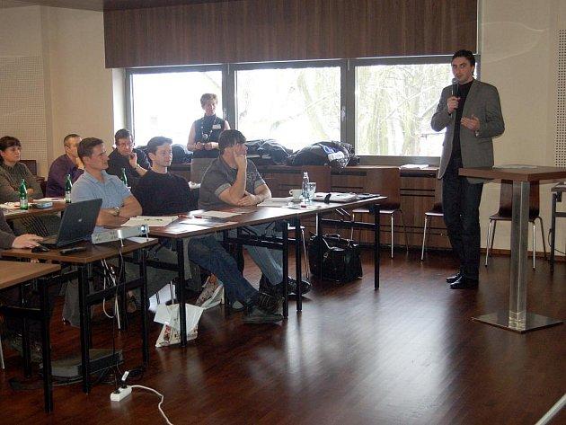 O ZKUŠENOSTECH s elektronickými aukcemi mluvil na semináři také chebský místostarosta Tomáš Linda.