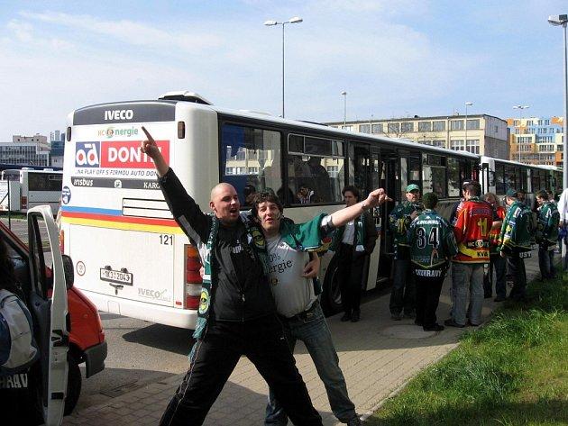 AUTOBUSY Z KARLOVARSKÉHO KRAJE vyjížděly na Prahu vždy plné fanoušků, věřících v úspěch Energie.