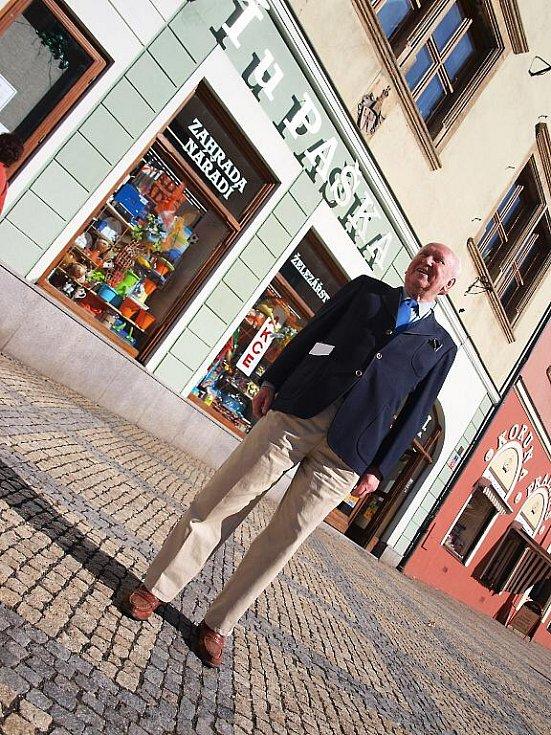 DO ŽELEZÁŘSTVÍ na chebském náměstí Krále Jiřího se přišel devadesátiletý Jaroslav Pašek po letech podívat.