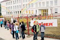 Novou fasádu františkolázeňské základní školy zdobí velká duha.