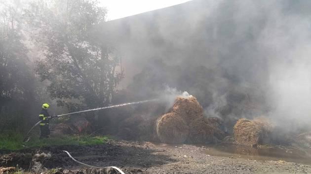 Rozsáhlý požár sena v Klášteře u Teplé postupně hasilo třináct jednotek Karlovarského kraje.