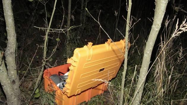 Přístroj za bezmála milion korun ležel poblíž cyklostezky v Jenišově.
