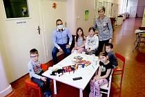 Ulehčit zdravotníkům aktuální mimořádnou situaci v souvislosti s rozšiřující se nákazou koronavirem se rozhodly vychovatelky z chebského domova mládeže ze střední zdravotnické školy a vyšší odborné školy.