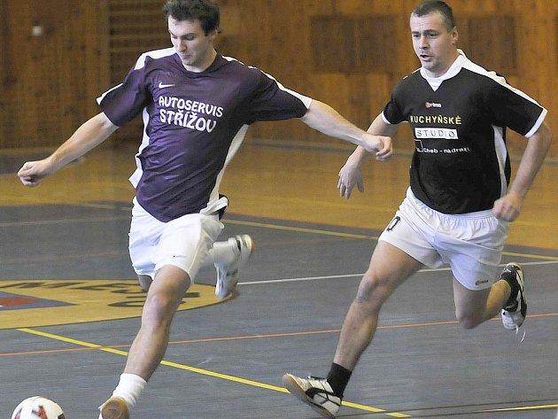 V CHEBSKÉ futsalové lize pomáhá  Zdeněk Sláma (vlevo) týmu Autoservis Střížov.