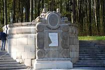 Poškozený památník v Aši.