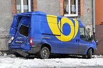 Dopravní nehoda nákladního vozidla ochromila v sobotu ráno dopravu v ašské ulici Gustava Geipela.