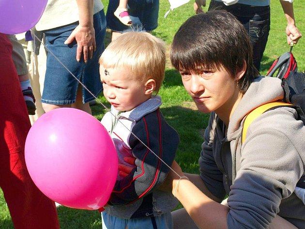 Svěcení pramenů se v sobotu dopoledne uskutečnilo v Lázních Kynžvartu. I zde tak může začít lázeňská sezona. Zároveň na hřišti oslavili ti nejmenší den dětí.