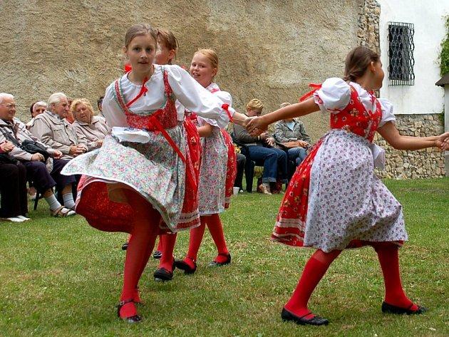 Vystoupení dětského folklorního souboru Marjánek na hradě Seeberg