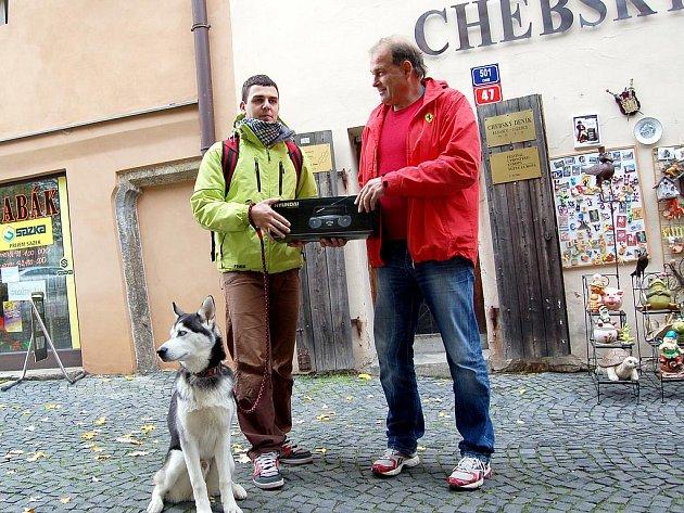 Vítězný balíček převzal před vchodem do redakce Chebského deníku z rukou Vlastimila Strýčka, jednatele a majitele společnosti ŠU-STR s.r.o. (hlavního partnera soutěže).