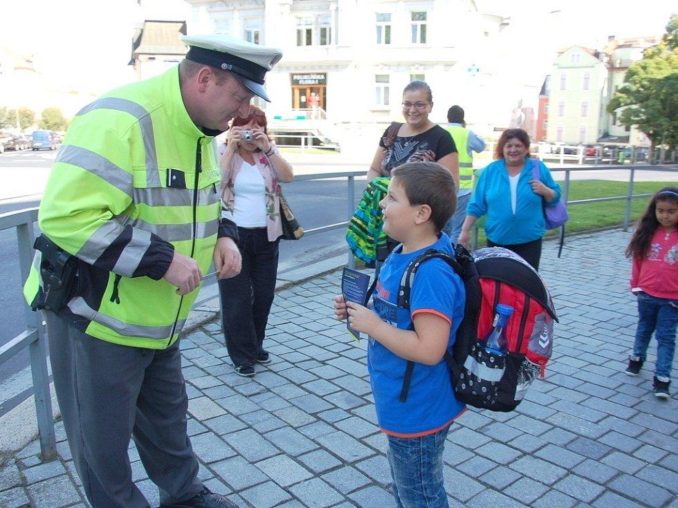 Policisté upozornili školáky na správné přecházení.