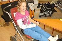 Žákyně šestého ročníku františkolázeňské základní školy Saša Jouglová, která trpí vrozenou lámavostí kostí prvního stupně, se konečně dočkala. Ve škole může použít schodolez.