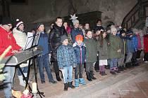Vůně cukroví, svařáku, klobásek a dalších dobrot se o víkendu linula kostelem svatého Wolfganga v Poustce u Františkových Lázní.