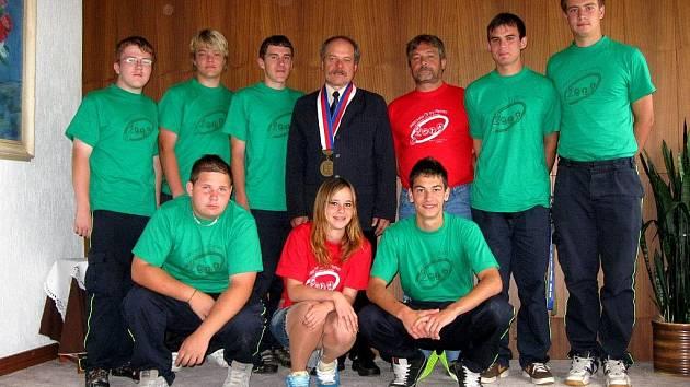 DOROSTENCI HASIČSKÉHO SBORU z Plesné se zúčastnili republikového kola v požárním sportu. V královské disciplíně, útoku, skončili pátí, celkově se umístili jako desátí. Jejich úspěch může ostatní inspirovat k tomu, aby u hasičů zůstali co nejdéle.
