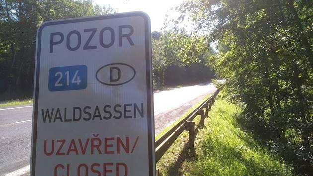 Značka upozorňuje na uzavření hraničního přechodu.