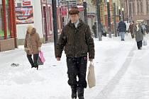POSYPOVOU DRŤ, která se nyní používá na posyp v chebských ulicích, si lidé někdy přinášejí z centra až do bytu.