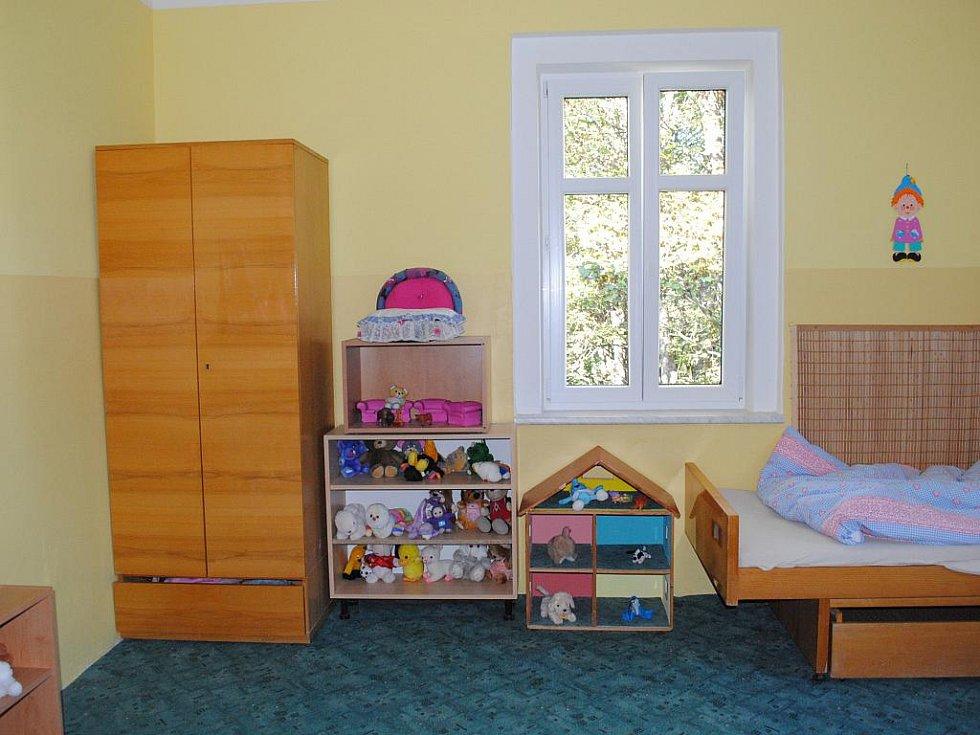 TŘEBA I OBÝVACÍ POKOJ Dětského domova Aš dostal nové barvy. Ty si děti vybíraly samy.