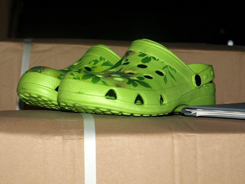 Chebští celníci objevili padělky módních bot značky Crocs