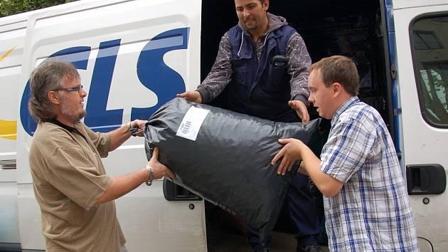 Celkem dvanáct pytlů s plastovými víčky putovalo do Kopřivnice u Ostravy z Chebského deníku.