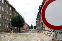 V SOUČASNÉ DOBĚ JE ULICE OBĚTÍ NACISMU v Chebu uzavřená. Celkově by opravy měly být hotové do konce září.