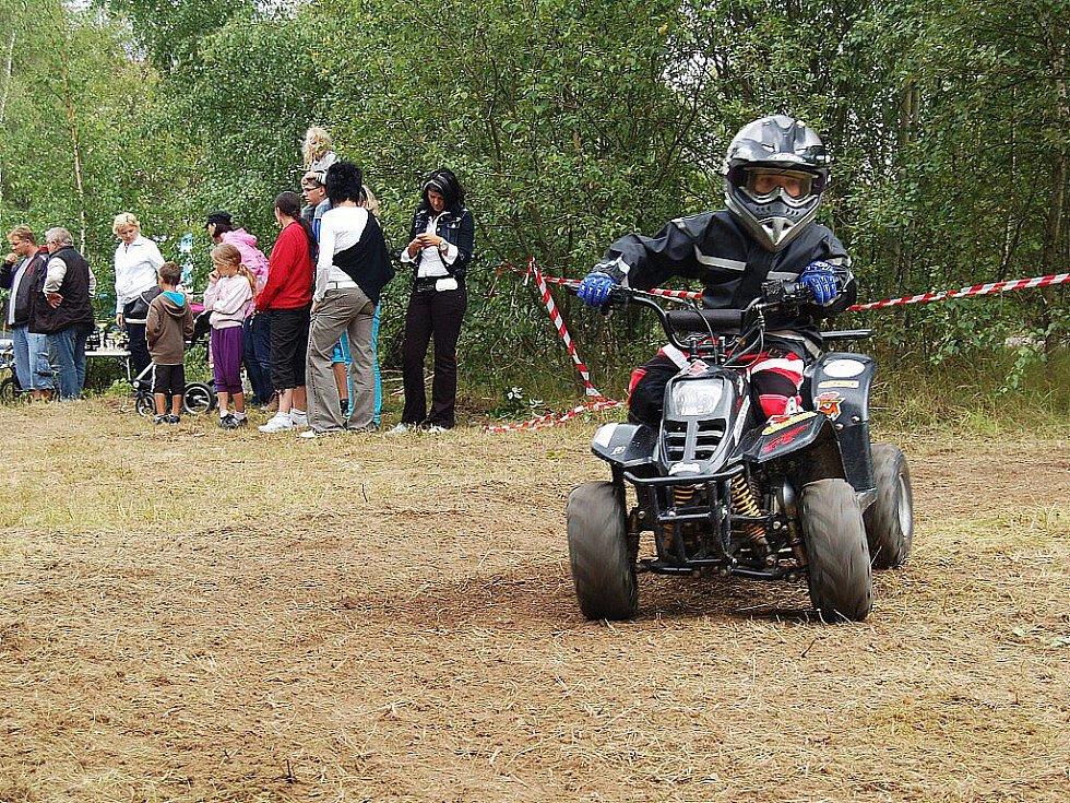 ZÁVODY čtyřkolek, motorek a dalších strojů si nenechalo ujít v Chebu mnoho návštěvníků. Největšího fandění se dočkaly především závodící děti.