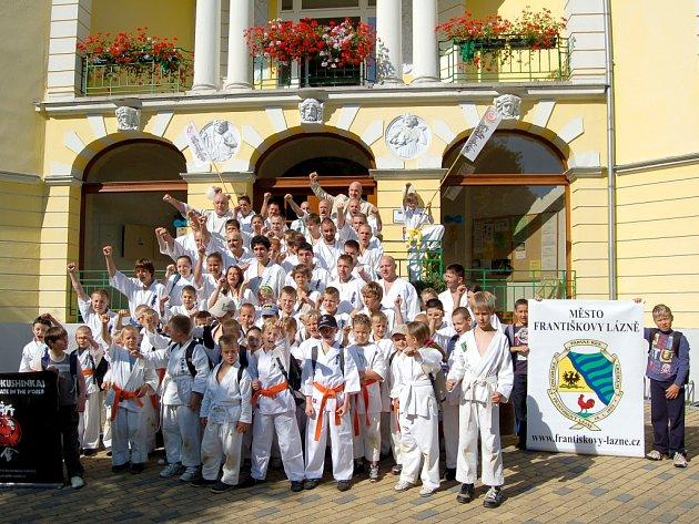 ÚČASTNÍCI mezinárodního soustředění české organizace Shinkyokushinkai karate zapózovali také před františkolázeňskou radnicí. Foto: Deník/Vladimír Kučera