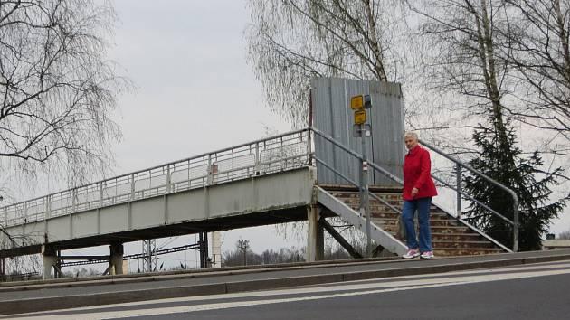 Lávka nad kolejemi chebského nádraží - ilustrační foto.