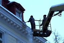 Odstraňování sněhu, ledu a rampouchů ze střechy hlavní mariánskolázeňské pošty