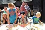 Kováři, řezbáři, kolaři, dráteníci, hrnčíři či cínaři. To je jen malý výčet toho, co mohli o víkendu spatřit děti i dospělí na známém hradě Seeberg u Františkových Lázní.