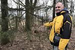 Pavel Matala z Aše ukazuje, kde by měl být František Karásek pohřbený. Jde o místo v roku hřbitova, kde by nikdo nepředpokládal, že by zde mohly být nějaké ostatky.