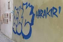Počmáraná zeď v chebské Kramářské uličce.