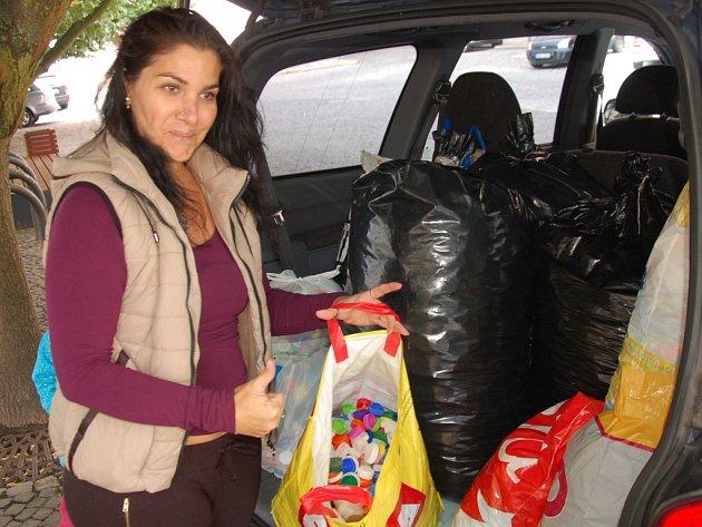 VÍČKA, která nasbírali čtenáři Chebského deníku, putovala z redakce do Mariánských Lázní. Tam je čeká roztřídění a poté cesta do firmy zabývající se zpracováním plastových uzávěrů. Peníze za víčka pomohou nemocnému pětiletému Matyáškovi k léčbě.