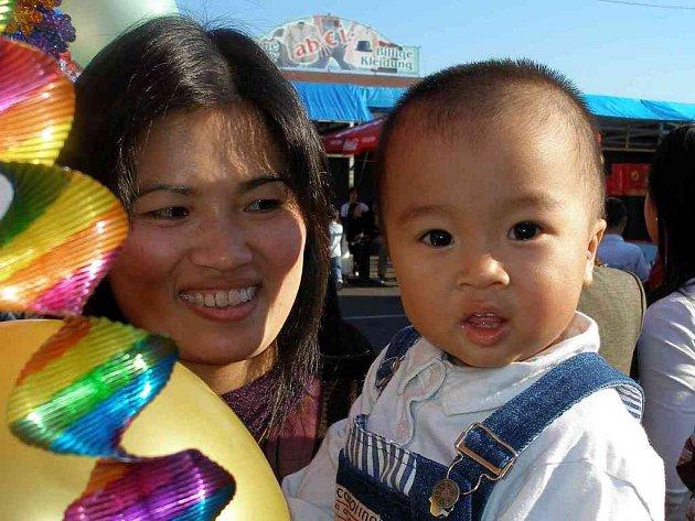 Oslavy dětského dne ve vietnamské komunitě v obchodním centru Svatý Kříž