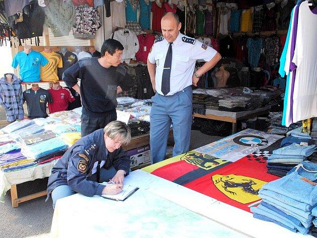 Cizinečtí policisté a hasiči provedli společnou kontrolu na tržnici Svatý Kříž u Chebu.
