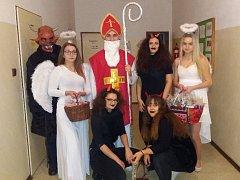 Mikuláš s čerty a anděly dorazil také do chebské nemocnice.