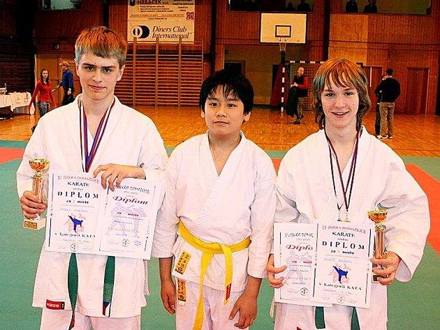 KARATISTÉ z Lokomotivy Mariánské Lázně - Marek Rychtr, Martin Nguyen a Lukáš Brožek (zleva) - na krajských závodech v Domažlicích.
