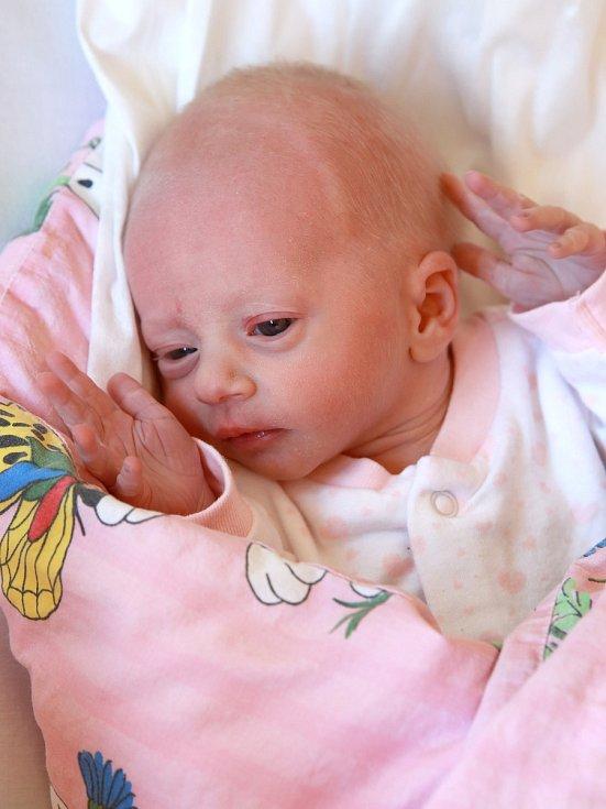 JASMÍNA ŽAHOURKOVÁ bude mít v rodném listě datum narození středu 20. března v 6.30 hodin. Na svět přišla s váhou 2 130 gramů. Maminka Zuzana a tatínek Daniel se těší z malé Jasmínky doma v Chebu.