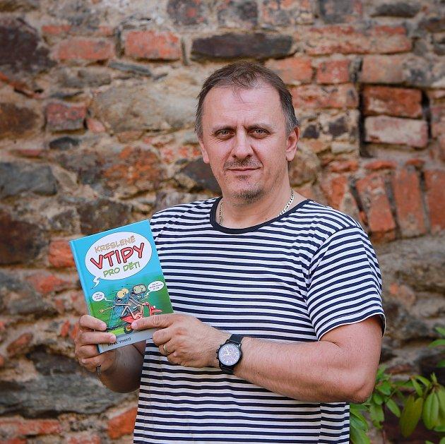 Kreslíř Mirek Vostrý.