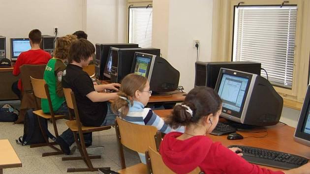 Také mnozí školáci na Chebsku jsou si vědomi toho, že nejvíce informací získají na internetu. Je to pro  ně snadnější, než dojít do knihovny.