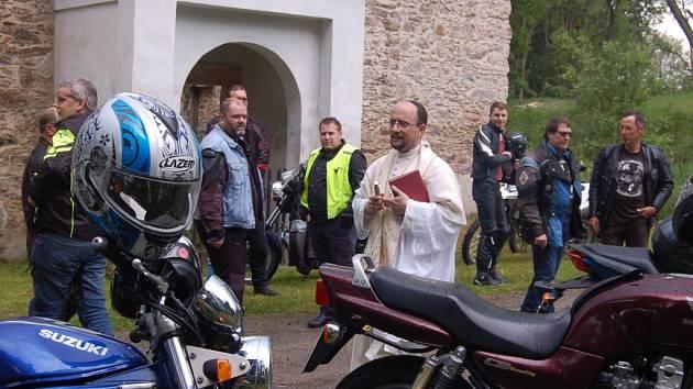 JARNÍ BROUZDÁNÍ S DUCHY. Stovky motorkářů se sešly v ruině kostela ve Vysoké u Staré Vody, kde jim i jejich silným strojům požehnal farář Římskokatolické farnosti Mariánské Lázně, ten jim popřál nejen šťastnou cestu, ale hlavně šťastné návraty.