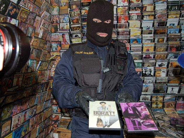 PŘI KAŽDÉ KONTROLE OBJEVÍ PADĚLKY. Celníci se na Chebsku neustále potýkají s falzifikáty na vietnamských tržnicích. Jedná se o CD a DVD nosiče, textil, obuv a další zboží.