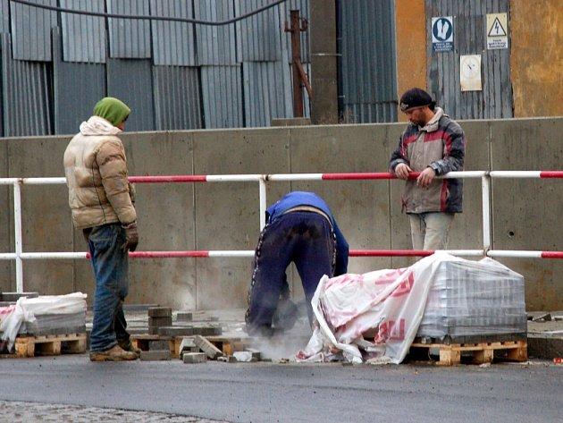 DĚLNÍCI FINIŠUJÍ.  Plné ruce práce mají dělníci v novém chebském Obchodním centru Dragoun. Dodělávají poslední úpravy na komunikacích a budovách.