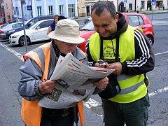 Miroslav Mondek na motorové koloběžce dorazil s peticí Alkohol za volant nepatří až do Českých Velenic. Cestou získal řadu podpisů pod petici.