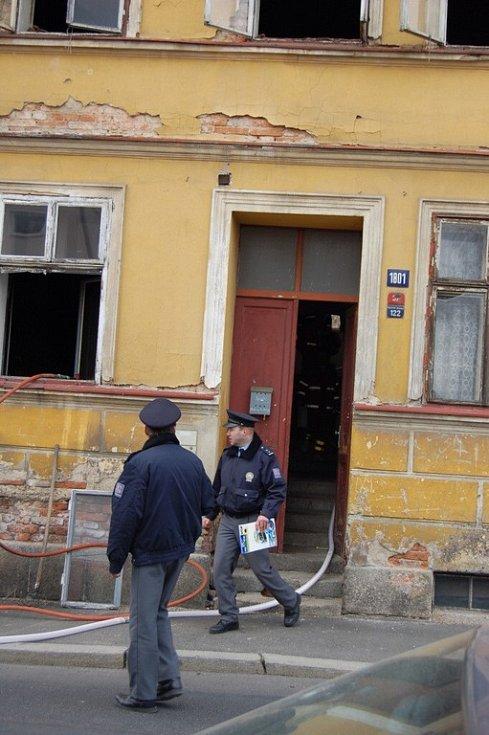 Hasiči v hořícím domě v chebské havlíčkově ulici našli tělo oběšeného majitele