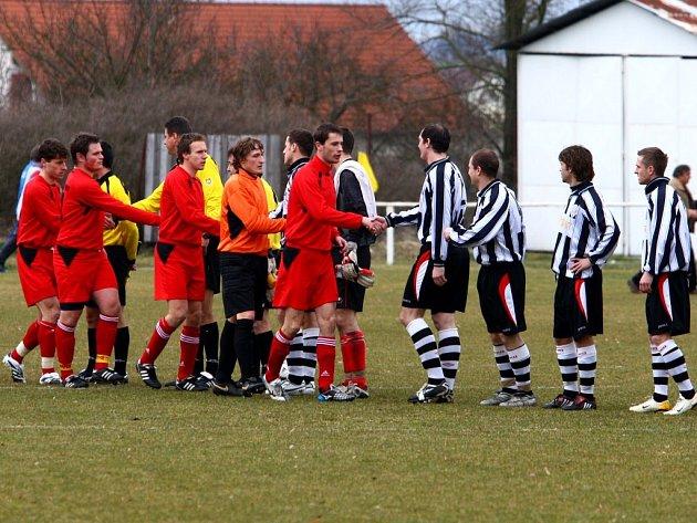 Fotbalisté Vejprnic (v červených dresech) podlehli v posledním podzimním kole divize doma celku Hořovicka.