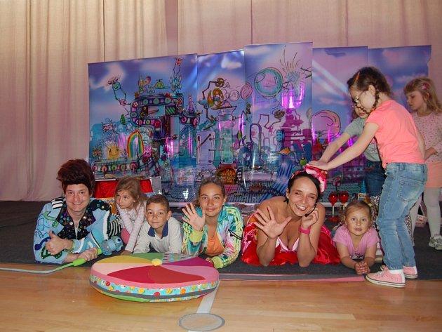 PŘI OSLAVÁCH Tanečního studia Magic Star Cheb se děti dost vyřádily s baviči Fešákem Pínem a Boňou Bonboňou.