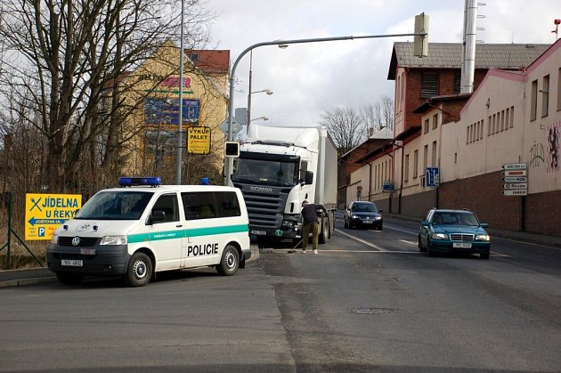 Dopravní nehoda kamionu a osobního automobilu na křižovatce ulic Wolkerova a Pražská v Chebu
