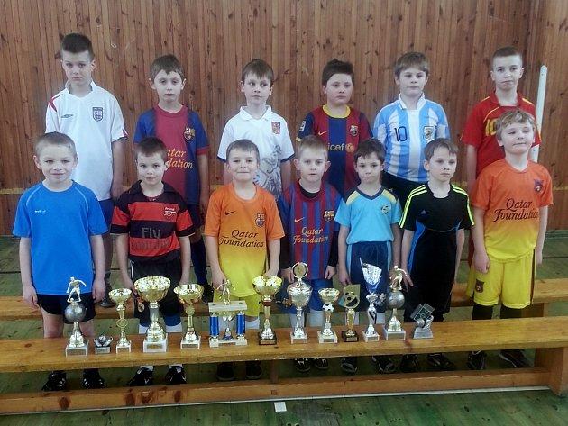 Úspěšná mladší fotbalová přípravka FK Hvězda Cheb se svými trofejemi z přípravných turnajů